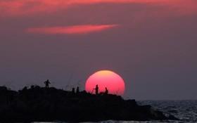 غروب آفتاب در کنار ساحل در نوار غزه