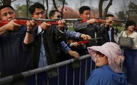 مسابقه تیراندازی در باغ وحش میان مردان در کره شمالی پیونگ یانگ