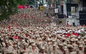 نیروهای شبهه نظامی بولیواری در کاراکاس ونزوئلا و قدرت نمایی مادرو در مقابل مخالفان