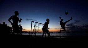 بازی فوتبال جوانان در ساحل در برزیل