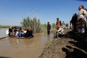 برخی از اهالی موصل نیز برای عبور از رودخانه دجله از قایق های کوچک استفاده می کنند