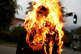 به آتش کشیدن مجسمه مادورو در تظاهرات مخالفان در کاراکاس در ونزوئلا