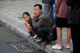 در انتظار اتوبوس در پیونگ یانگ در کره شمالی