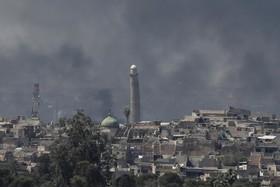 نمایی از بخش قدیمی موصل و دود ناشی از جنگ با داعش در این منطقه