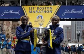 دو برنده کنیایی مسابقه ماراتن بوستون در بخش زنان و مردان در کنار هم جایزه نخست را دریافت کردند