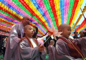 یک مراسم مذهبی بودایی ها در کره جنوبی با شرکت راهبان و نو آموزان بودایی در معبد جوگی در سئول کره