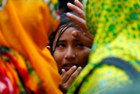 بستگان کشته شده در ریزش ساختمان تولیدی در بنگلادش در سال 2013