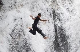 تفریح جوانان در راوانگ در مالزی پرش از صخره ای که آبشار سرنداه در حومه کوالالامپور قرار دارد