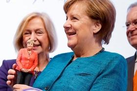 صدر اعظم آلمان در دیدار از نمایشگاه صنعتی در هانور یک مجسمه خودش را که با چاپگر سه بعدی ساخته شده در یافت کرده است