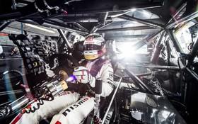 مایکل کاروسو راننده نیسان در مسابقات جایزه برزگ جزایر فلیپ برای عکس گرفتن