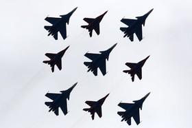 نمایش تیم هوایی روسیه با هواپیماهای سوخه 27 در سالگرد 72 سالگی پیروزی روسیه بر آلمان نازی