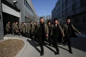 نوآموزان یک شرکت خصوصی امنیتی در چین در حال اجرای برنامه آموزشی