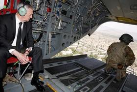 وزیردفاع آمریکا جیمز ماتیس در حال عبور از کابل با هلیکوپتر