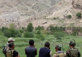 نیروهای ویژه افغان در حال بررسی محلی که آمریکا با بزرگترین بمب غیر اتمی حمله رده بود و اعلام شده بود که این محل مخفی گاه اعضای تروریست داعش است