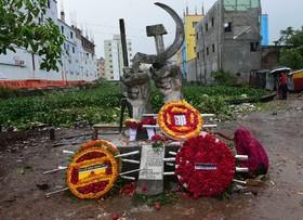یادبود کشته شدگان در آتش سوزی کارگاه تولید لباس در داکا بنگلادش در کنار یادبودی که برای کشته شدگان ساخته شده است
