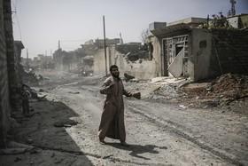 یک ساکن غرب موصل با پای برهنه برای گریز از جنگ به نیروهای عراقی پناه می برد