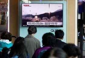 ایستگاه مترو در سئول کره جنوبی و تلویزیونی که از آزمایش های موشکی کره شمالی خبر می دهد