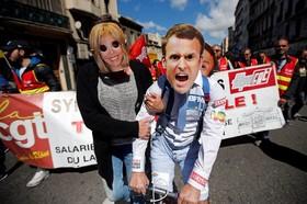 تظاهرات روز جهانی کارگر در پاریس فرانسه و افرادی که با صورتک امانوئل ماکرون نامزد ریاست جمهوری فرانسه و همسرش در این مراسم شرکت کرده اند