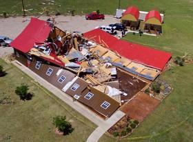 خانه و انبار خسارت دیده از طوفان و گردباد اخیر در تگزاس آمریکا