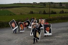 شرکت کنندگان در مراسم یادبود کشته شدگان گروه سیاسی شین فین که برای استقلال ایرلند از انگلیس مبارزه می کردند