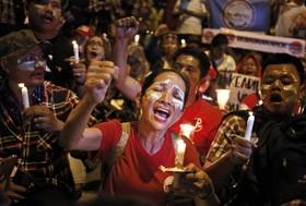 تظاهرات حامیان فرماندار جاکارتا در اندونزی که به کفر گویی متهم شده در مقابل زندان
