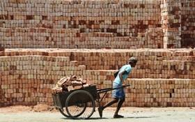 کارگری در کارخانه آجرسازی در کلکته هند