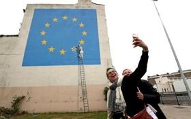 نقاشی جدید بنکسی در منطقه ای در انگلیس که یک کارگر را در حال پاک کردن یک ستاره پرچم اتحادیه اروپا نشان می دهد