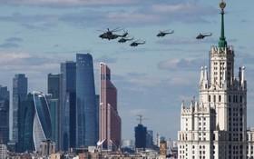 هلیکوپترهای نظامی روس در حال تمرین مراسم رژه سالگرد پیروزی در جنگ جهانی دوم در مرکز مسکو