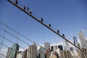 نیروهای پلیس و ماموران امداد در حال تمرین و فراگیری عملیات نجات بر روی پل بروکلین در نیویورک آمریکا