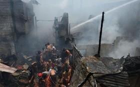آتش سوزی منطقه ای از حلبی آباد های مانیل و جستجوی ساکنان برای یافتن اموال باقی مانده با ارزش