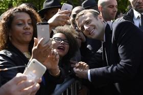 امانوئل ماکرون در حال دیدار با طرفدارانش
