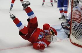 ولادیمیرپوتین در حال تمرین بازی هاکی در سوچی  به زمین خورده و سرنگون شده است