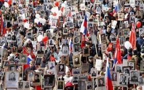 مراسم سالگرد پیروزی روسیه در جنگ جهانی دوم و عکس هایی که مردم از بستگان کشته شده در جنگ با خود در این مراسم حمل کردند