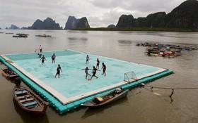 بازی فوتبال روی یک زمین شناور به دلیل کمبود زمین در روستایی در تایلند