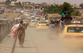 آوارگان عراقی گریخته از موصل در حال عبور از دجله