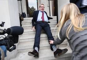 رهبر اتحادیه کارگری انگلیس لن مکلسکی پس از یک جلسه در روی پله های محل کنفرانس زمین می خورد
