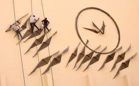 کارگران در حال کار و پاکسازی یک اثر هنری در ساختمان اپرای قاهره در مصر