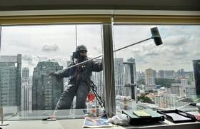 یک شیشه پاک کن در ساختمانی در مرکز تجاری سنگاپور