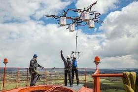 ورزش جدید پرش با پهپاد که در لیتوانی از روی یک آسمان خراش برای نخستین بار انجام شد