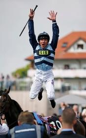 شادی برنده مسابقه اسب دوانی در انگلیس