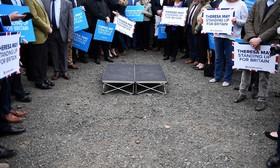 حامیان حزب محافظه کار انگلیس در انتظار سخنرانی ترزا می برای انتخابات پیش رو