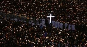 مراسم مذهبی در شهر فاطیما در پرتغال و زیارت کنندگان مقبره این شهر با شرکت پاپ