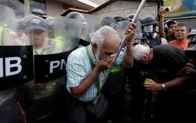 تظاهرات سالمندان علیه دولت در کاراکاس در ونزوئلا و پاشیدن گاز فلفل به سوی تظاهرکنندگان