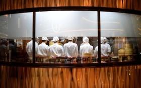 آشپزهایی در رستورانی در شانگهای چین