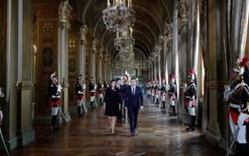 امانوئل ماکرون رئیس جمهوری جدید فرانسه و آن هیدالگو شهردار پاریس در مراسمی در پاریس
