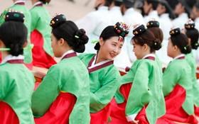 مراسمی که در کره برای بیست ساله ها گرفته می شود در چهل و پنجمین دوره در روستای نامسانگول هانوک در سئول با لباس های خاص