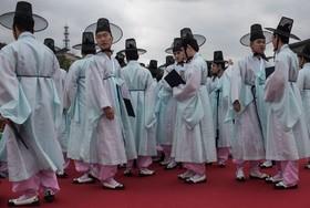 جوانان بیست ساله و نوزده ساله در کره جنوبی با لباس های سنتی در جشن روستای هانوک