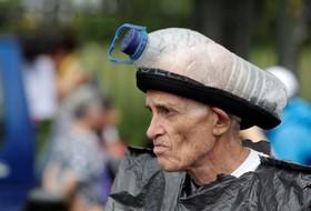 مردی با ماسک و لباسی دست ساز برای شرکت در تظاهرات در کاراکاس علیه دولت ونزوئلا