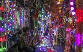 یک فروشنده چراغ های ال ای دی در کنار خیابانی در مومبئی در هند