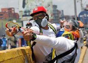 ماسک های عجیب دیگری از تظاهرکنندگان در کاراکاس در ونزوئلا